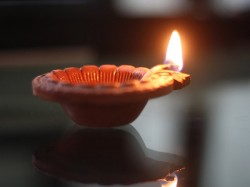To Get Rid Monetary Problems Know The Wight Places Light Lamp In Diwali