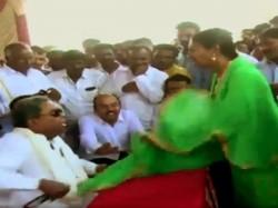 Former Karnataka Cm Siddaramaiah Pulls Woman S Dupatta Public