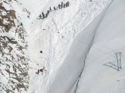 Avalanche Ladakh 10 People Four Vehicles Trapped