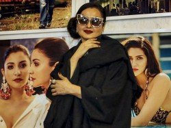 Rekha Accidentally Poses Front Amitabh Bachchan S Photo Her Reaction Is Hilarious Watch