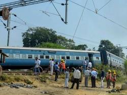 Jaipur Jabbalpur Train Engine Derailed Near Shivdaspur