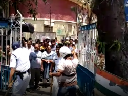 Howrah Municipal Workers And Lawyers Clash Over Parking