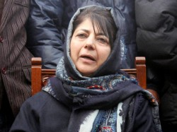 Stones Pelted On Mehbooba S Car Pdf Chief Escapes Unhurt