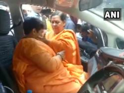 Pragya Singh Thakur Breaks Down Infront Of Uma Bharti