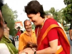 Priyanka Gandhi Shook Hands With Modi Supporters In Indore Mp