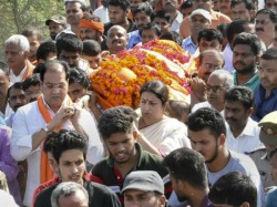 Bjp S Newly Elected Mp Smriti Irani Presents Last Rites Of Party S Leader