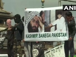 Clashes Held Near Jamia Masjid In Srinagar With Stone Pelters After Eid Prayer