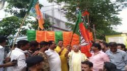 Tmc Leader And Several Workers Joins Bjp In Abhishek Banerjee S Turf Metiaburuz