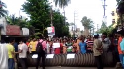 Road Blockade In Sonarpur By Locals Over Poor Road