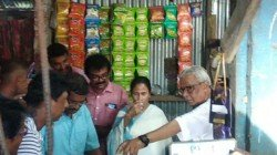 Cm Mamata Banerjee Makes Tea In A Road Side Stall In Digha