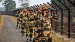 Pakistan Army Raises Flag In Border To Recover The Body Of Its Soldiers